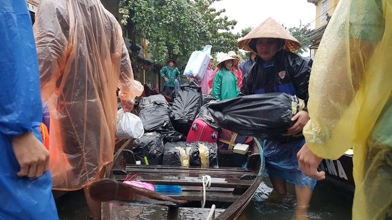 Hội An nước ngập đến nóc nhà, dân bắt đầu sơ tán - ảnh 5