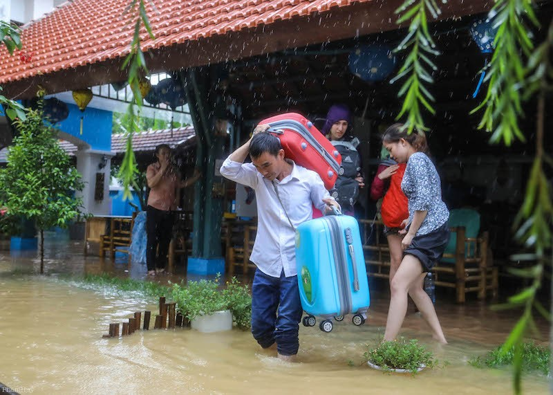 Hội An nước ngập đến nóc nhà, dân bắt đầu sơ tán - ảnh 3