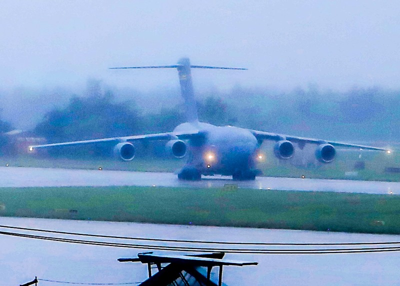 Máy bay C17 của đoàn Mỹ tới sân bay Đà Nẵng   - ảnh 2