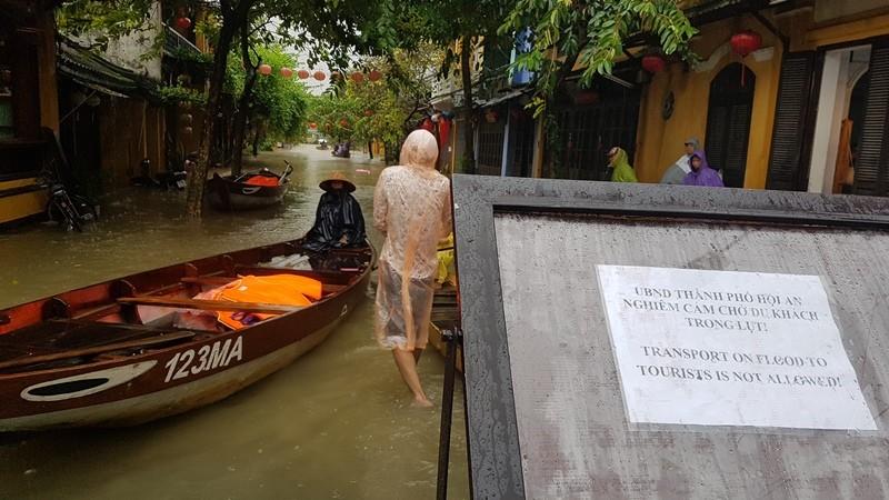 Hội An nước ngập đến nóc nhà, dân bắt đầu sơ tán - ảnh 8