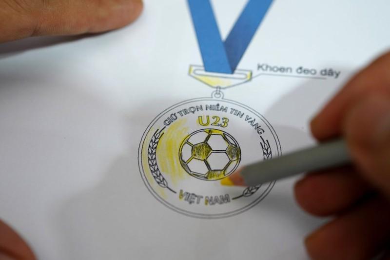 Chế tác bộ HCV khắc hình các cầu thủ U-23 Việt Nam - ảnh 4