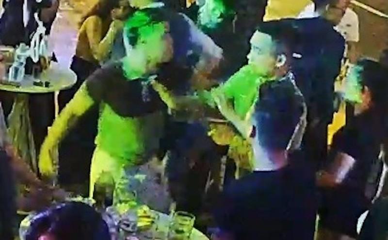 Clip vụ PV báo Giao thông bị đánh liên tục tại quán bar - ảnh 1