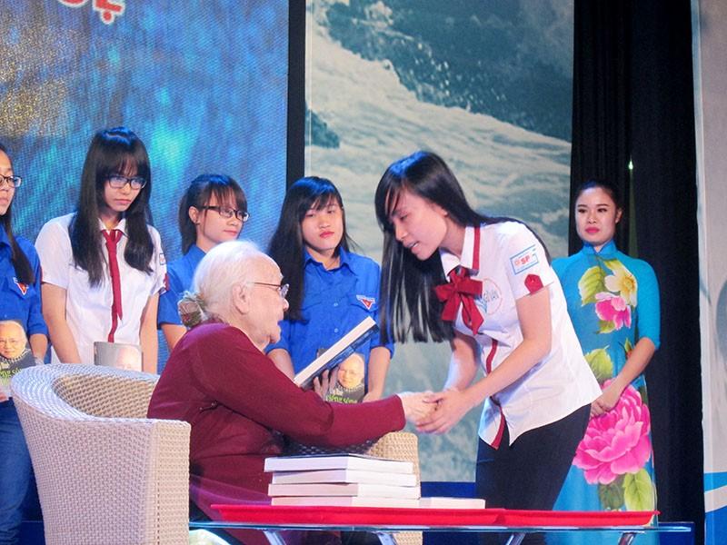 Phu nhân cố TBT Nguyễn Văn Linh ra mắt sách 'Tiếng sóng bủa ghềnh' - ảnh 3