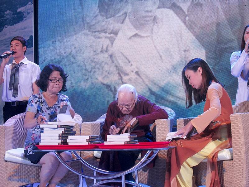 Phu nhân cố TBT Nguyễn Văn Linh ra mắt sách 'Tiếng sóng bủa ghềnh' - ảnh 4