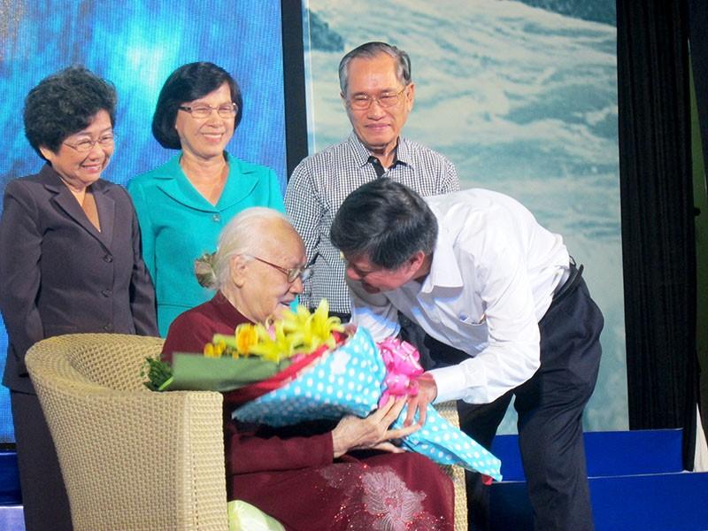 Phu nhân cố TBT Nguyễn Văn Linh ra mắt sách 'Tiếng sóng bủa ghềnh' - ảnh 2