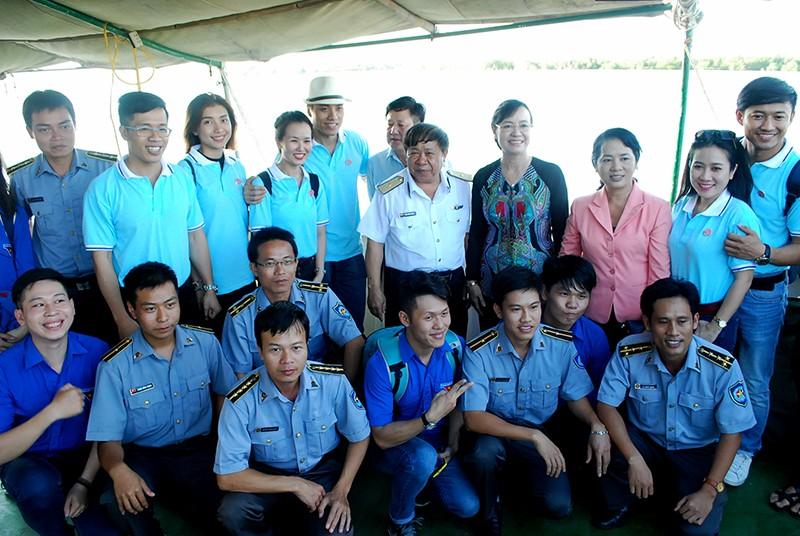 Chủ tịch HĐND TP Nguyễn Thị Quyết Tâm cùng gói bánh, ca hát với chiến sĩ - ảnh 10