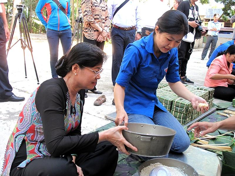 Chủ tịch HĐND TP Nguyễn Thị Quyết Tâm cùng gói bánh, ca hát với chiến sĩ - ảnh 5
