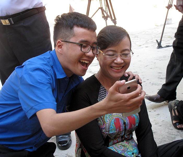 Chủ tịch HĐND TP Nguyễn Thị Quyết Tâm cùng gói bánh, ca hát với chiến sĩ - ảnh 4