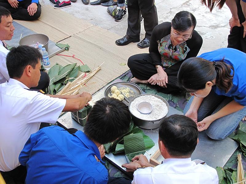 Chủ tịch HĐND TP Nguyễn Thị Quyết Tâm cùng gói bánh, ca hát với chiến sĩ - ảnh 3