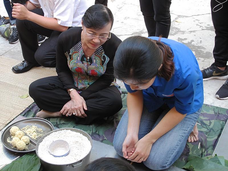 Chủ tịch HĐND TP Nguyễn Thị Quyết Tâm cùng gói bánh, ca hát với chiến sĩ - ảnh 2