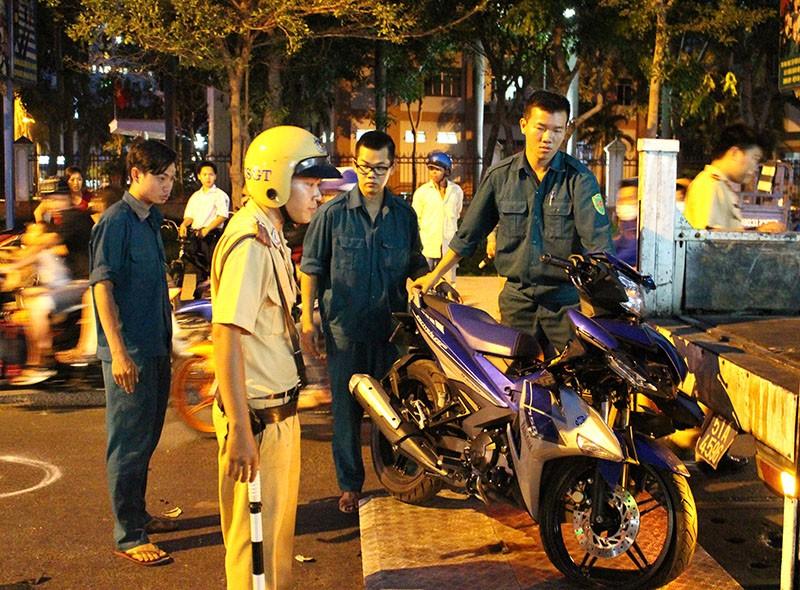 Thanh niên phóng nhanh, tông liên hoàn ba xe máy - ảnh 3