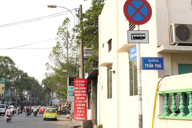 Xe khách vẫn 'lộng hành' trên đường cấm - ảnh 1
