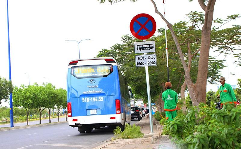 Xe chở khách vẫn cố tình vi phạm quy định cấm dừng - ảnh 2