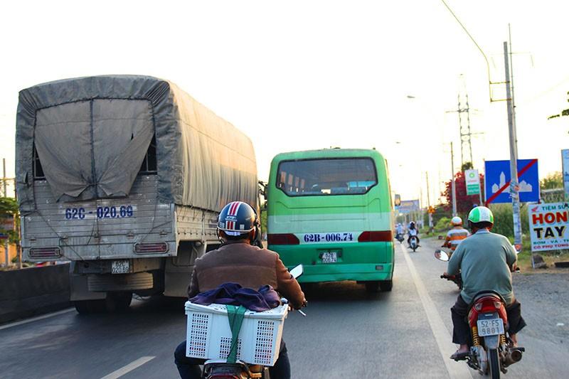 'Hung thần' chở công nhân tung hoành trên quốc lộ 1A - ảnh 5
