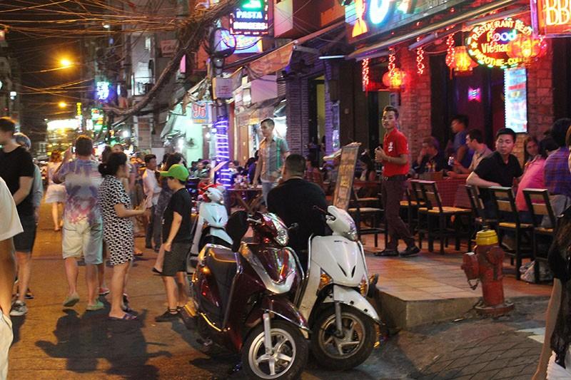 Loạn vỉa hè: Cận cảnh phố ốc Vĩnh Khánh và phố Tây Bùi Viện - ảnh 7