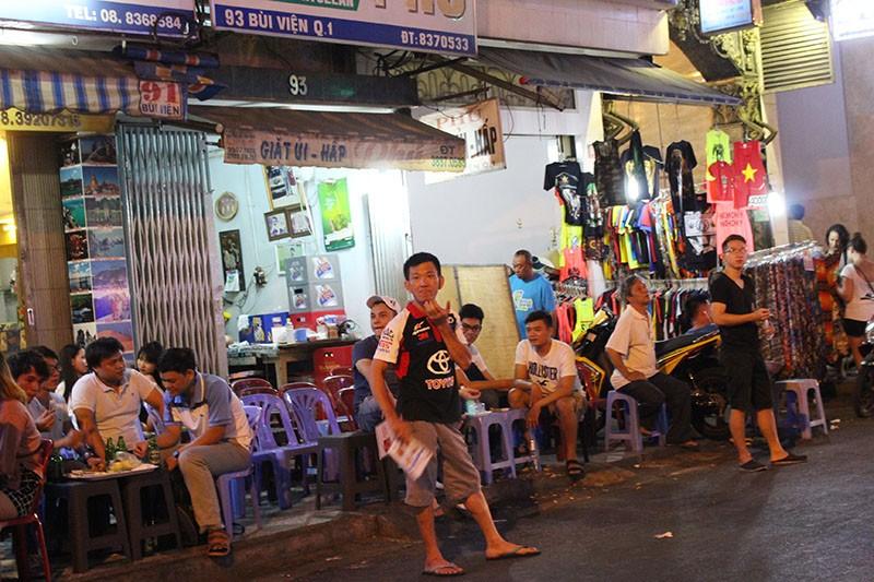 Loạn vỉa hè: Cận cảnh phố ốc Vĩnh Khánh và phố Tây Bùi Viện - ảnh 6