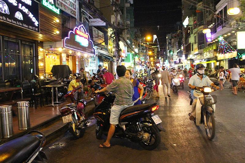 Loạn vỉa hè: Cận cảnh phố ốc Vĩnh Khánh và phố Tây Bùi Viện - ảnh 1