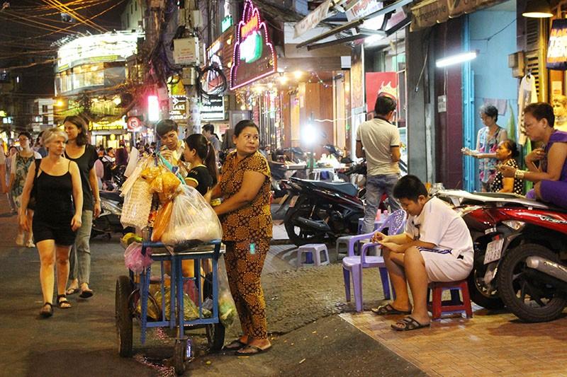 Loạn vỉa hè: Cận cảnh phố ốc Vĩnh Khánh và phố Tây Bùi Viện - ảnh 8
