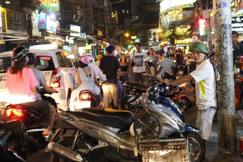Loạn vỉa hè: Cận cảnh phố ốc Vĩnh Khánh và phố Tây Bùi Viện - ảnh 9
