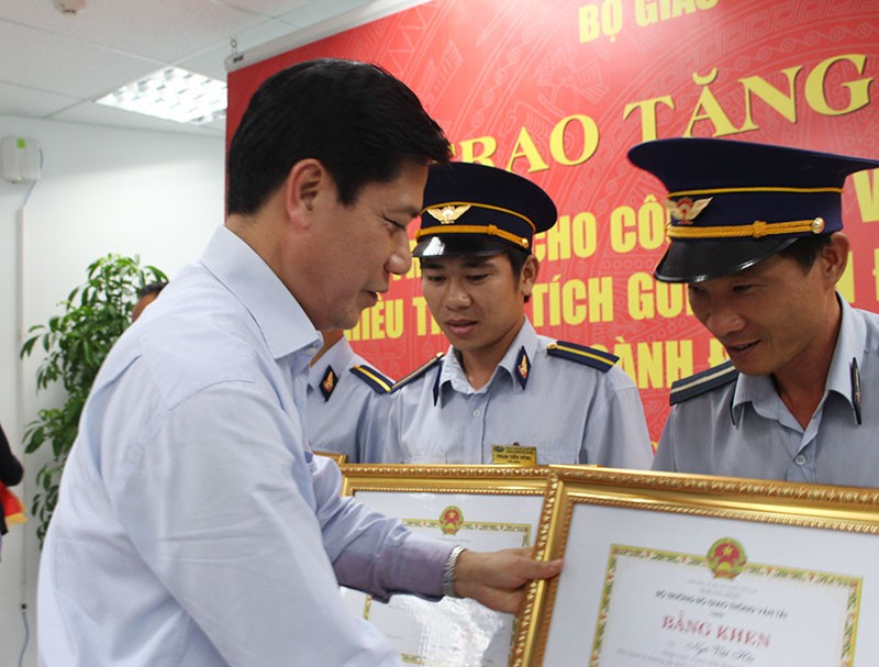 Bộ GTVT tặng bằng khen cho bốn người ngăn tai nạn vụ sập cầu Ghềnh - ảnh 3
