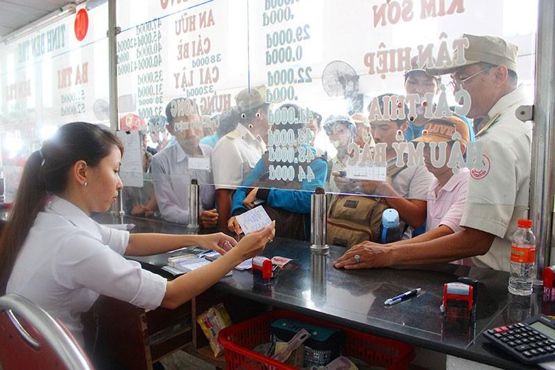 Chùm ảnh: Xếp hàng gửi xe, mua vé về quê dịp giỗ tổ Hùng Vương - ảnh 10