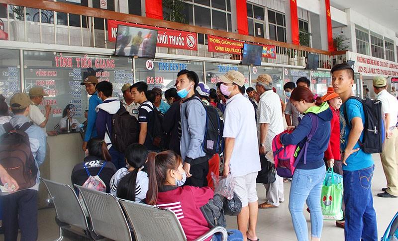 Chùm ảnh: Xếp hàng gửi xe, mua vé về quê dịp giỗ tổ Hùng Vương - ảnh 9