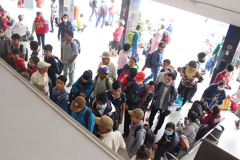 Chùm ảnh: Xếp hàng gửi xe, mua vé về quê dịp giỗ tổ Hùng Vương - ảnh 8