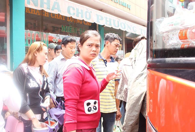 Chùm ảnh: Xếp hàng gửi xe, mua vé về quê dịp giỗ tổ Hùng Vương - ảnh 18
