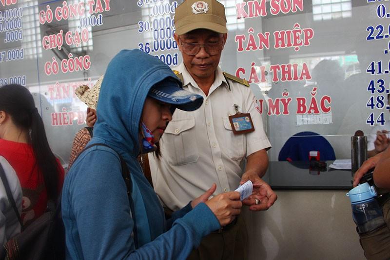 Chùm ảnh: Xếp hàng gửi xe, mua vé về quê dịp giỗ tổ Hùng Vương - ảnh 11