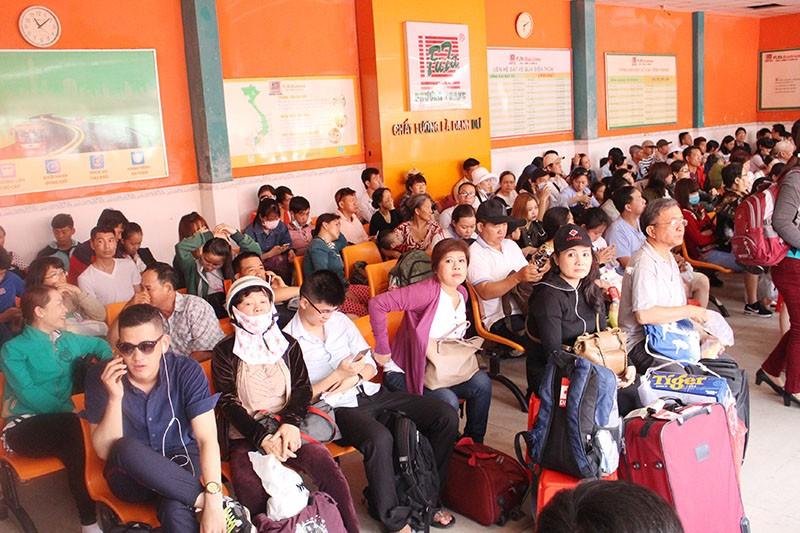 Chùm ảnh: Xếp hàng gửi xe, mua vé về quê dịp giỗ tổ Hùng Vương - ảnh 12