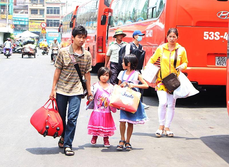 Chùm ảnh: Xếp hàng gửi xe, mua vé về quê dịp giỗ tổ Hùng Vương - ảnh 17