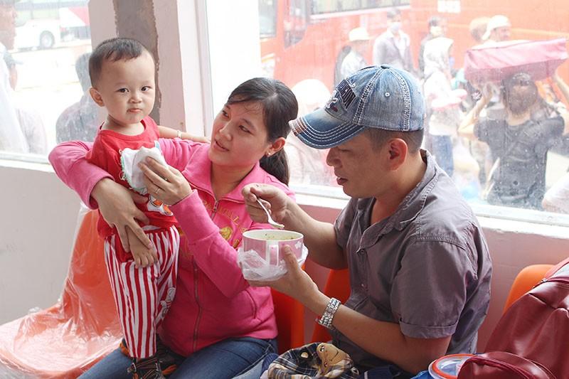 Chùm ảnh: Xếp hàng gửi xe, mua vé về quê dịp giỗ tổ Hùng Vương - ảnh 15