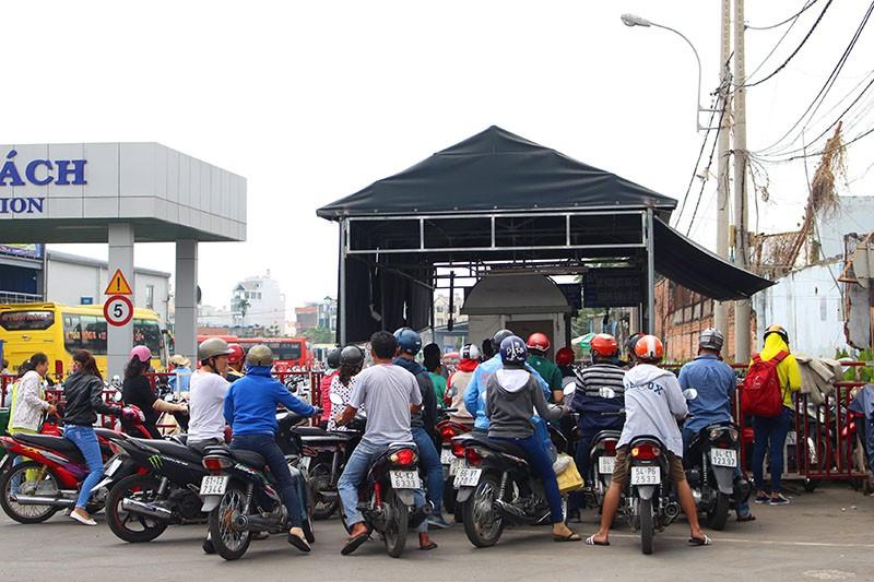 Chùm ảnh: Xếp hàng gửi xe, mua vé về quê dịp giỗ tổ Hùng Vương - ảnh 1