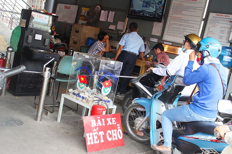 Chùm ảnh: Xếp hàng gửi xe, mua vé về quê dịp giỗ tổ Hùng Vương - ảnh 3