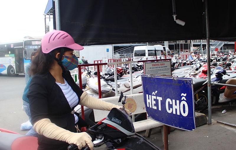 Chùm ảnh: Xếp hàng gửi xe, mua vé về quê dịp giỗ tổ Hùng Vương - ảnh 2