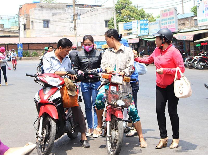 Chùm ảnh: Xếp hàng gửi xe, mua vé về quê dịp giỗ tổ Hùng Vương - ảnh 4