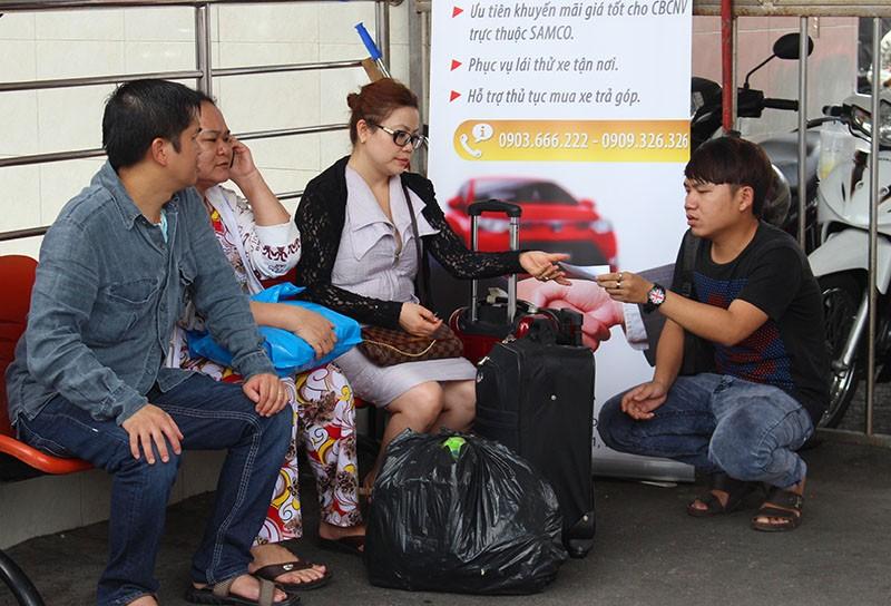 Chùm ảnh: Xếp hàng gửi xe, mua vé về quê dịp giỗ tổ Hùng Vương - ảnh 16