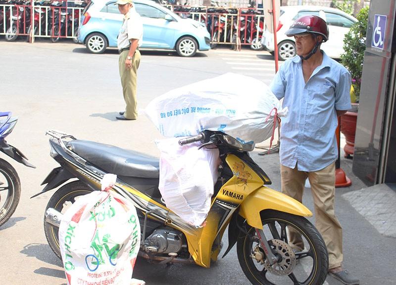Chùm ảnh: Xếp hàng gửi xe, mua vé về quê dịp giỗ tổ Hùng Vương - ảnh 6