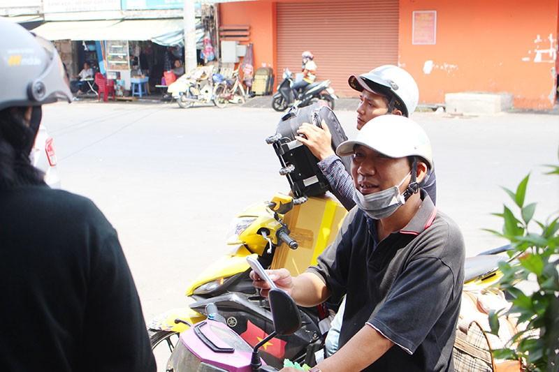 Chùm ảnh: Xếp hàng gửi xe, mua vé về quê dịp giỗ tổ Hùng Vương - ảnh 7