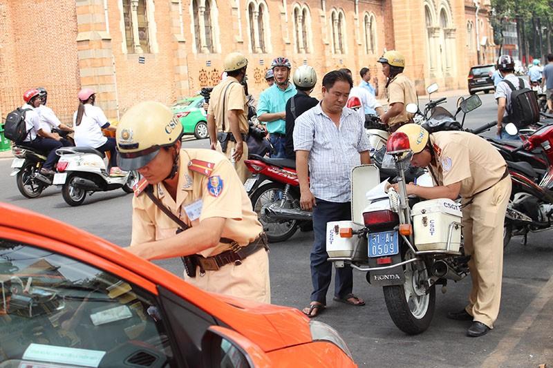 CSGT TP.HCM tung quân ra đường ghi hình phạt vi phạm giao thông - ảnh 8
