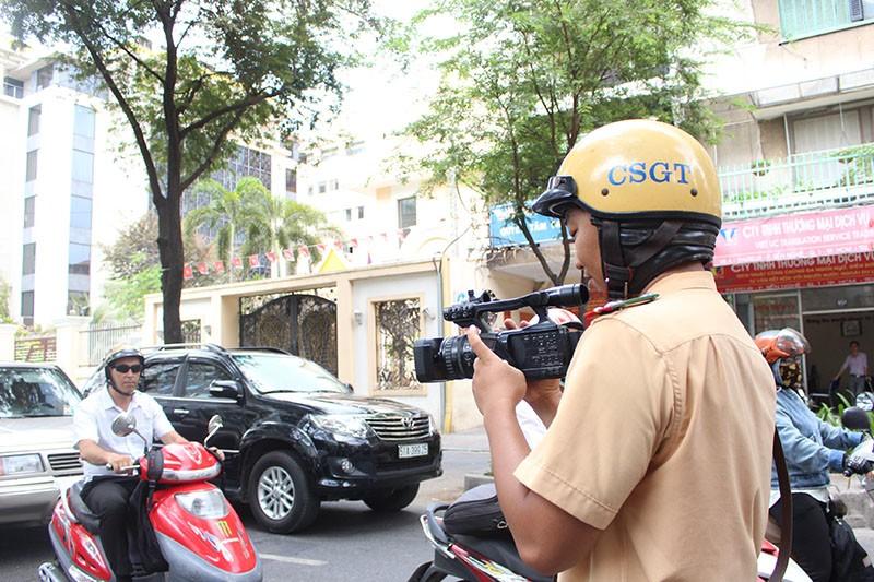 CSGT TP.HCM tung quân ra đường ghi hình phạt vi phạm giao thông - ảnh 5
