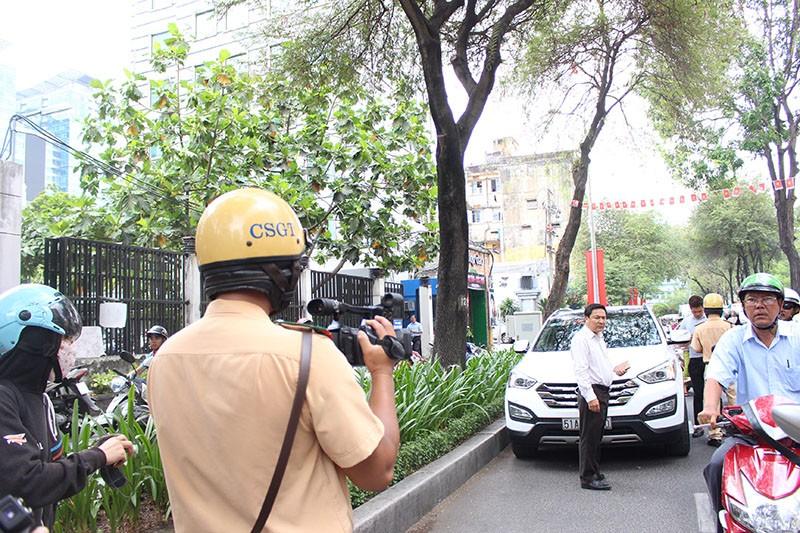 CSGT TP.HCM tung quân ra đường ghi hình phạt vi phạm giao thông - ảnh 7