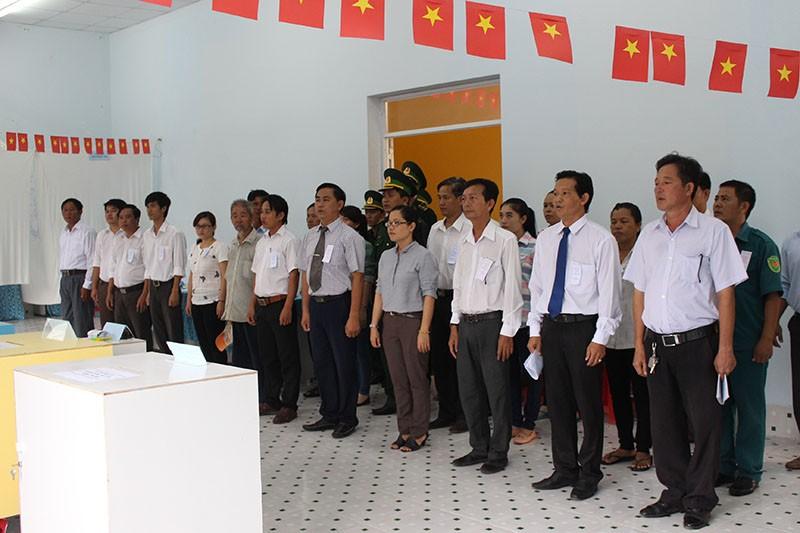 Dân xã đảo Thạnh An dậy từ khuya, bận đồ đẹp để đi bầu cử - ảnh 2