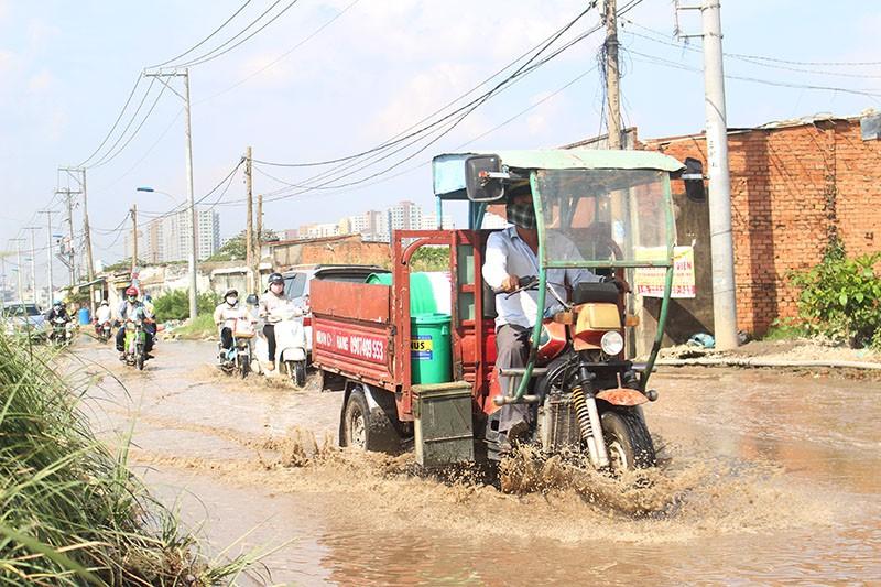 Hơn 1 km đường Lương Định Của ngập dù trời nắng chang chang