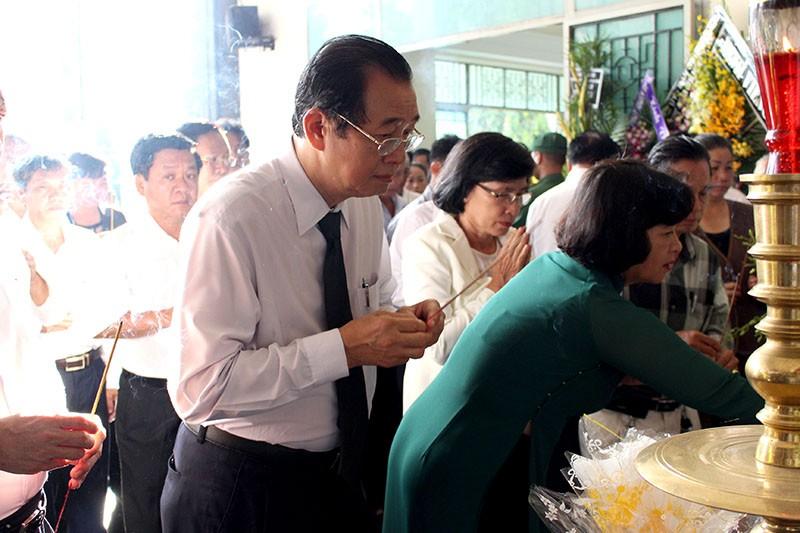 Trưởng đoàn ĐBQH TP Huỳnh Thành Lập thắp nén nhang tiễn đưa ông Nguyễn Thanh Chín
