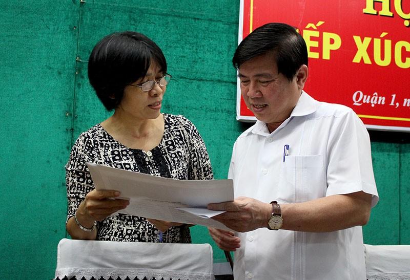 Cử tri quận 1 trao đổi với Chủ tịch UBND TP Nguyễn Thành Phong