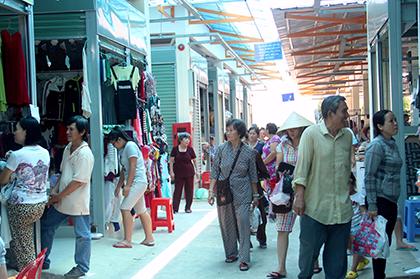 Tiểu thương phấn khởi rời chợ tự phát vào chợ Bình Thới mới - ảnh 1