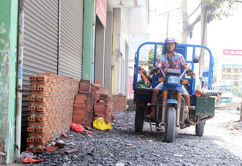 Việc nâng đường Kinh Dương Vương đã gây nhiều bức xúc trong người dân địa phương. Ảnh: LÊ THOA