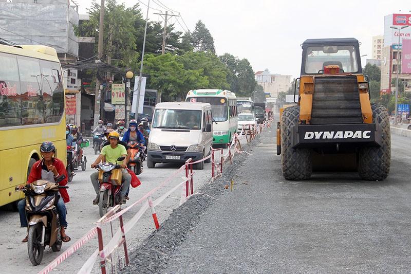 Đoạn đường Kinh Dương Vương đang thi công gây bụi và kẹt xe thường xuyên. Ảnh: LÊ THOA