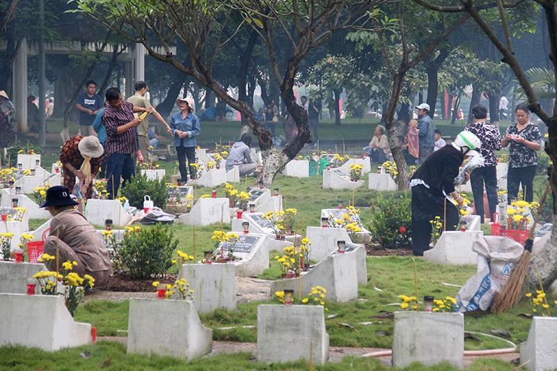 Đông đảo người dân TP đã đến nghĩa trang LS từ rất sớm.